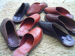 Paul Green dames instappers zijn comfortabele damesschoenen die onder iedere outfit kunt dragen. Paul Green is een Duits schoenenmerk wat is ontstaan in 1988. Dit schoenenmerk staat bekend vanwege de hoogwaardige kwaliteit van de schoenen. Alle schoenen van dit schoenenmerk worden namelijk handgemaakt. Bij het produceren van Paul Green dames instappers, wordt er enkel gebruik gemaakt van natuurlijke materialen. Instappers zijn comfortabele schoenen die je onder iedere outfit kunt dragen. Je kunt instappers dragen onder een leuk jurkje, maar ook onder een hippe jeans of onder een nette pantalon. Het Duitse schoenenmerk Paul Green heeft verschillende soorten dames instappers op de markt gebracht. Verschillende soorten instappers Paul Green dames instappers zijn er in verschillende soorten. Zo zijn er dames instappers verkrijgbaar die je outfit een elegante look geven, maar ook instappers die je outfit een sportieve look geven zijn verkrijgbaar. Daarnaast zijn Paul Green dames instappers gemaakt van verschillende materiaalsoorten. Je kunt kiezen uit instappers die gemaakt zijn van leer, maar ook uit instappers die gemaakt zijn van suède. Om ervoor te zorgen dat je dames instappers van het Duitse schoenenmerk Paul Green lang mooi blijven, is het raadzaam om ze regelmatig te behandelen met een onderhoudsspray. Dit zodat je zo lang mogelijk van je dames instappers kunt genieten.